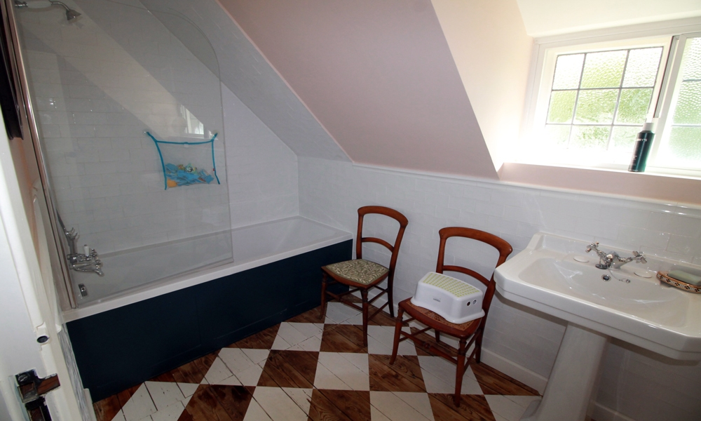 16th-century-cottage-renovated-bathroom